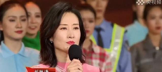 44岁刘敏涛身材堪比超模,粉色长裙减龄又俏皮,尽显端庄优雅
