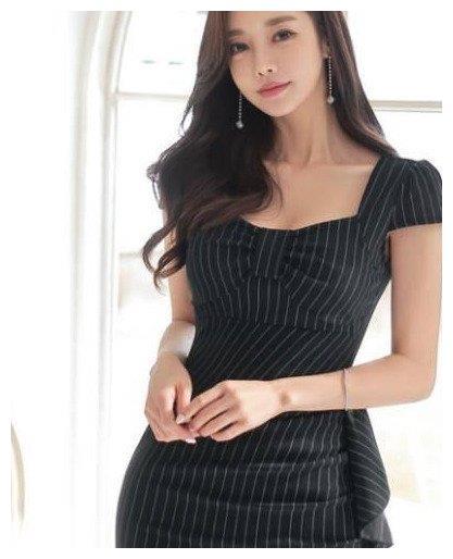 灰色连衣裙,柔美大方,潇洒自若很有风度