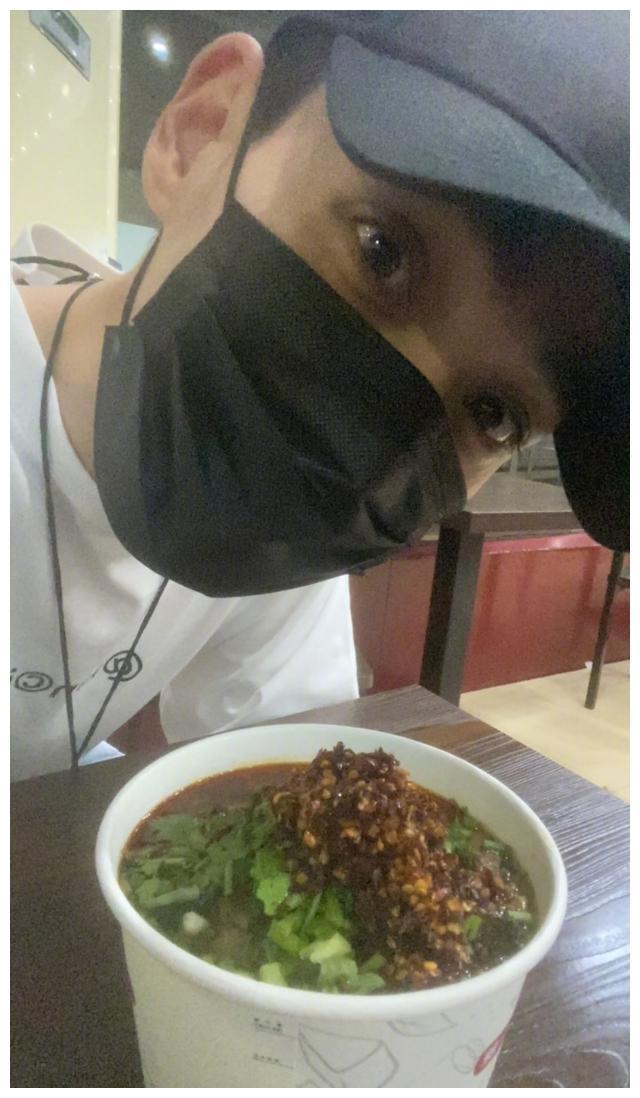 朱一龙看《重启》看饿了吃面加满辣椒 还庆祝吴邪升职