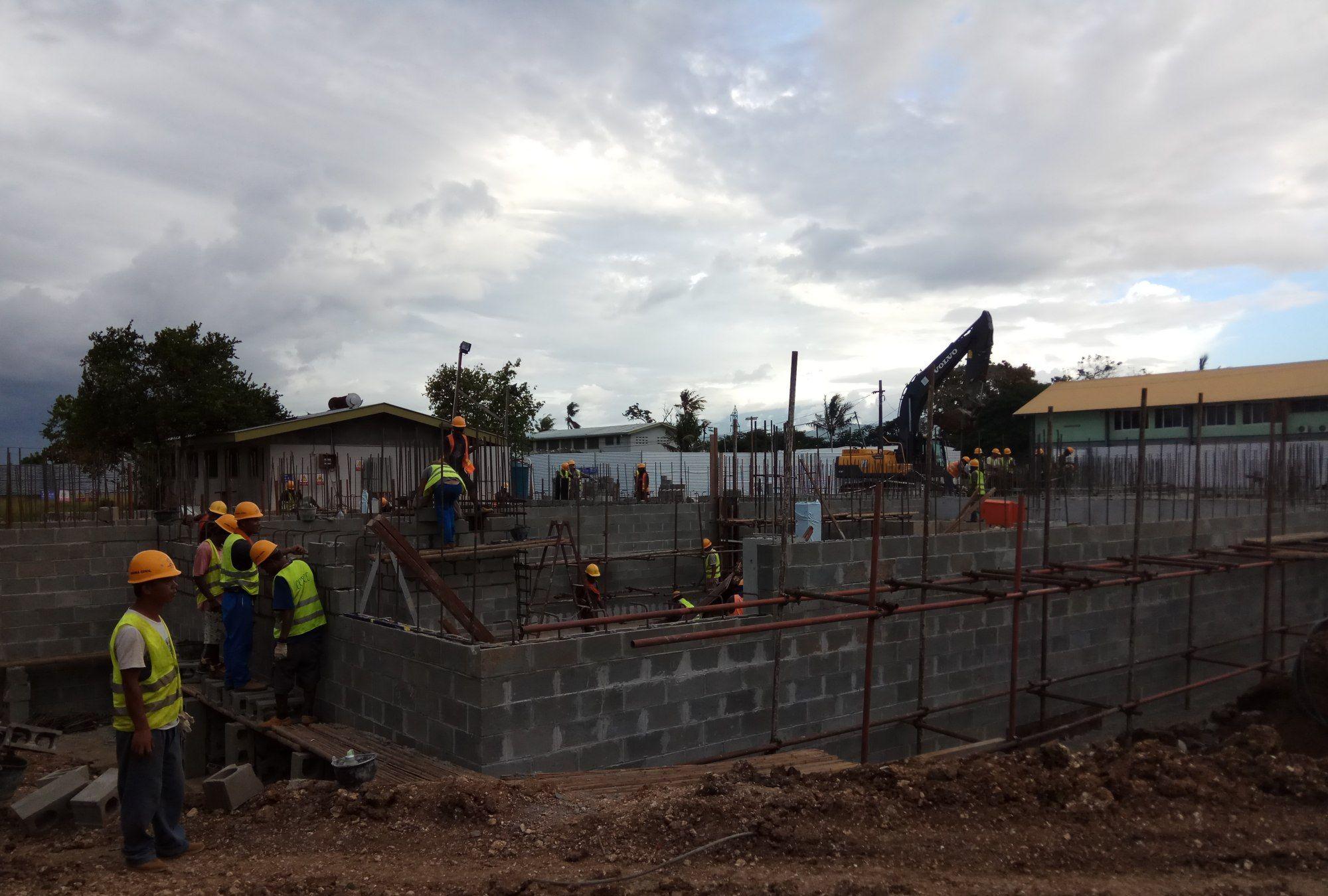 我的所罗门群岛生活—中国工人和所罗门工人一起合作,一起干活!