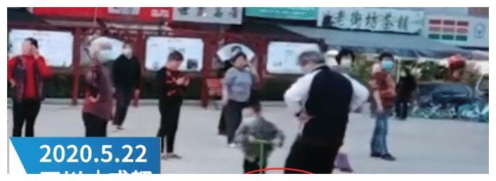 坏人变老了!广场舞大妈故意绊倒骑车儿童,儿童倒地不起!