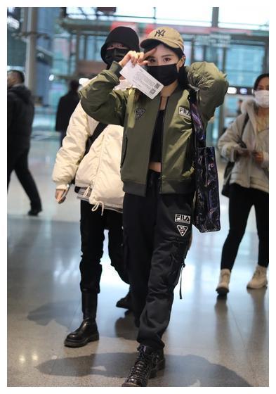 女歌手段艺璇现身机场,穿机车棒球服,戴网纱贝雷帽复古优雅