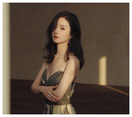 湖南卫视放弃仝卓后,再次力捧她,让其与赵丽颖录制《中餐厅》