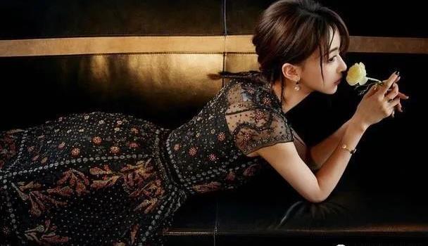 吴谨言时髦造型,黑色复古连衣裙减龄又华丽,小个子也能穿