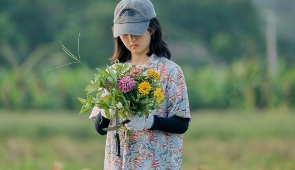 张子枫最受传媒关注女主角,黑衣吊带,完美演绎清纯女郎