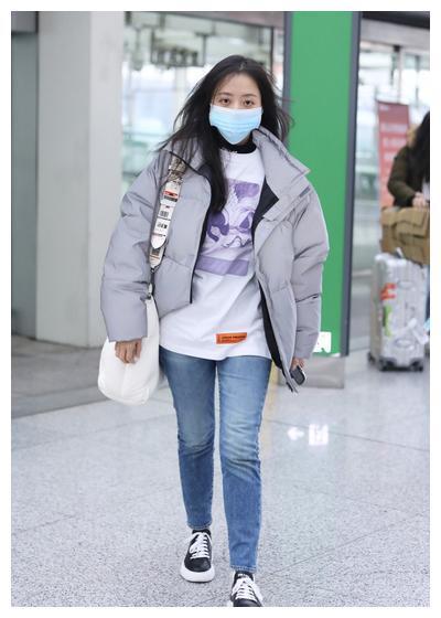 张靓颖白T恤蓝仔裤短款灰色羽绒服,挎包的肩带很特别哦