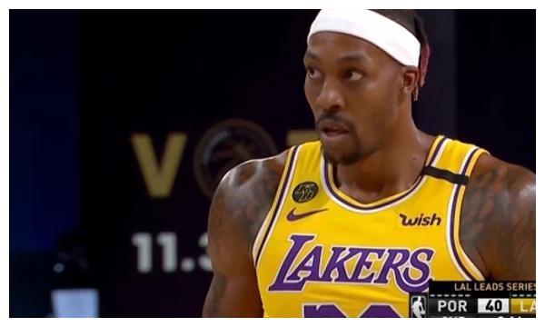 老詹一个篮下和三分把比分逼近,CJ依然没有人可以限制,轻松的上篮得手。