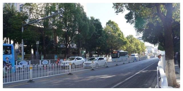 丽江城区主干道增设隔离栏后,更堵车了?事实是……