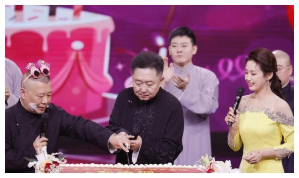 48岁郭德纲庆生,牵手于谦切蛋糕,被美女蛋糕抹脸不敢正眼看!