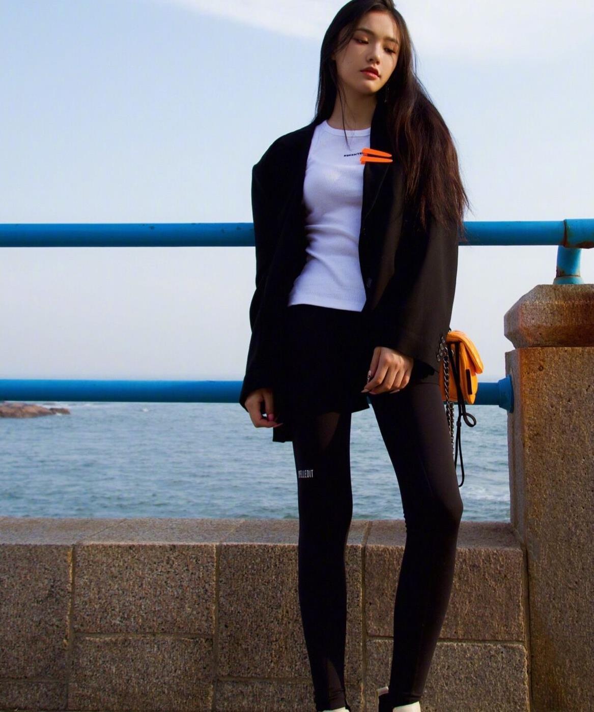 林允晒私服穿搭,西装搭配瘦腿裤休闲风满满,飘逸长发时尚又养眼