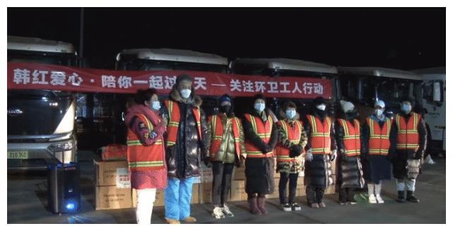 韩红凌晨携众星扫街不顾形象,环卫工当场落泪,多次被疑摆拍作秀