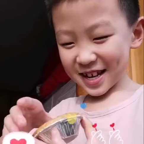 给儿子买了他最爱的蛋挞,开心的酒窝都出来了,真是太可爱了!
