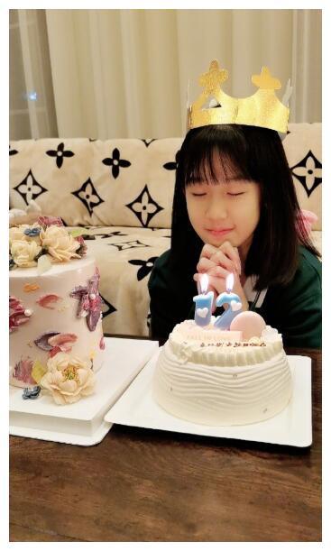 陆毅晒女儿近照,12岁贝儿手指引发热议:大拇指比别人食指还长