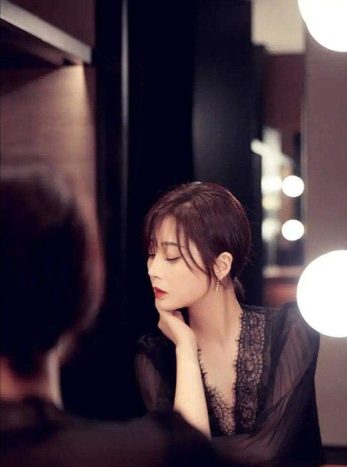 殷桃穿黑色蕾丝连衣长裙搭配黑色浅口高跟鞋,气质好,显瘦又时尚