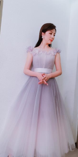 李思思美若天仙,穿立体花朵薄纱连衣裙大方优雅,网友:是心动呀