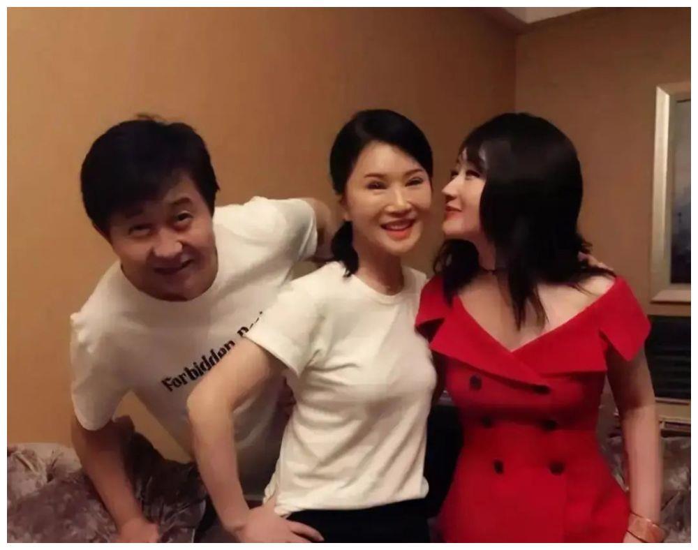 """这才是""""冻龄女神""""!杨钰莹穿红衣太美艳,与大3岁任静似两代人"""