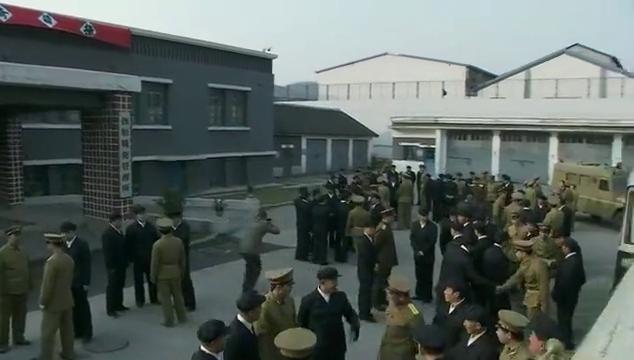 战犯:日本战犯回国时刻,鞠躬示意,给予中国解放军最崇高的敬意