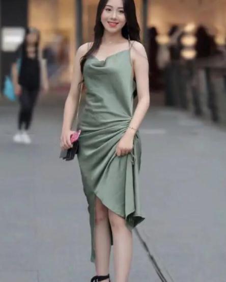 街拍美图:小姐姐高颜值身材好,连衣裙的穿搭,显性感魅力!