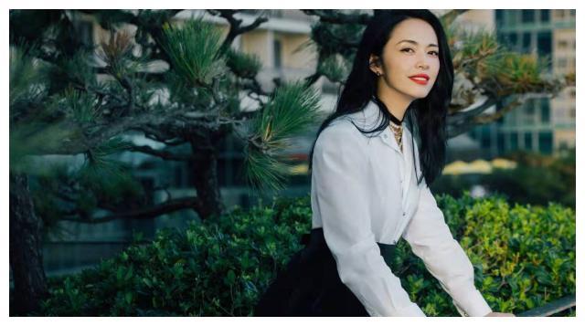 姚晨斩获最佳女演员,穿经典黑白配简单大气,美得精致