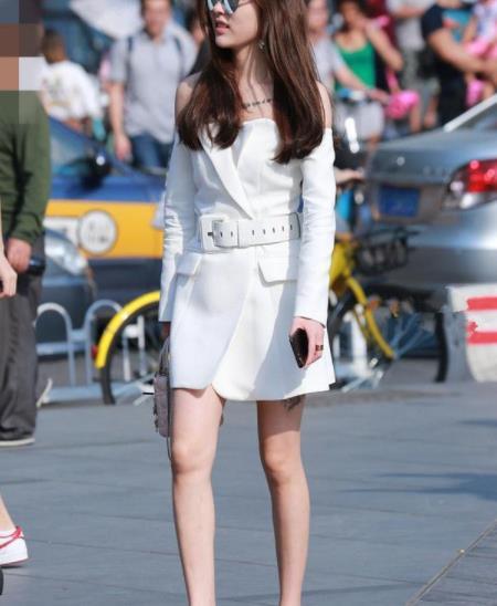 街拍美图:小姐姐穿搭露肩一字领连衣裙,展示出不一样的魅力!