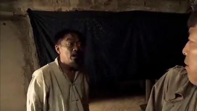 民兵葛二蛋:葛二蛋从窗户跳出后去送钱但被他爹追上,只好去相亲