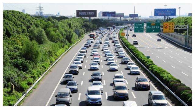 """高速堵车,揭开了新能源""""遮羞布"""",车主直言:这真是个""""爹"""""""