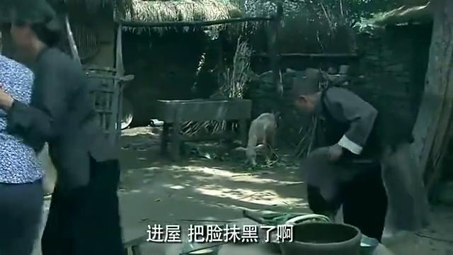 鬼子在村民家中搜中血布,姑娘灵机一动用刀割破了手,精彩过瘾