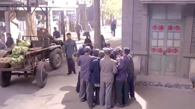 老农民:农妇正在卖棉花糖,不料忽然冒出一群人,直接带走农妇