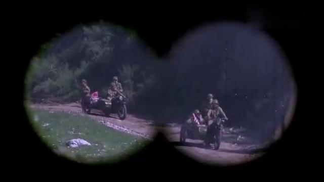 鬼子对着山上疯狂盲射,怎料游击队沉得住气,待敌走近取他狗命!