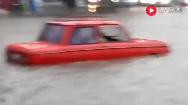 面对自己的爱车被淹没,司机的举动太可笑