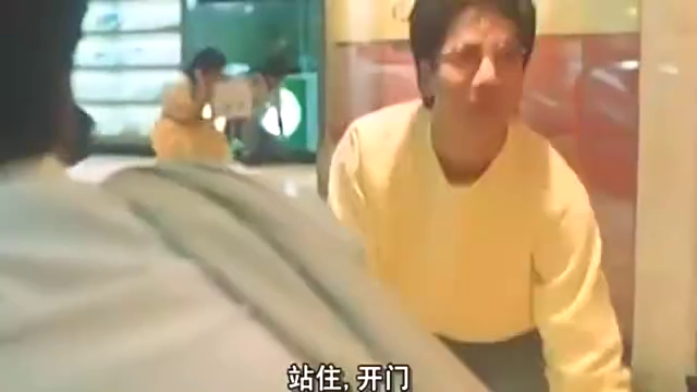 警察和劫匪一起关电梯,关键时刻一摸忘带枪了