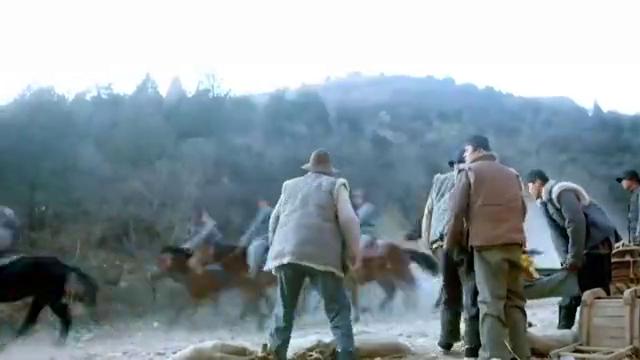 金匪装成百姓运金沙,不料被骑兵团撞见,骑兵团的做法让人意外