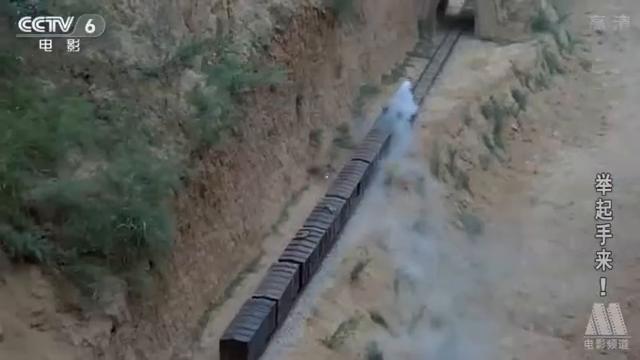 鬼子飞行员扫射火车,没想到却一头扎进山洞