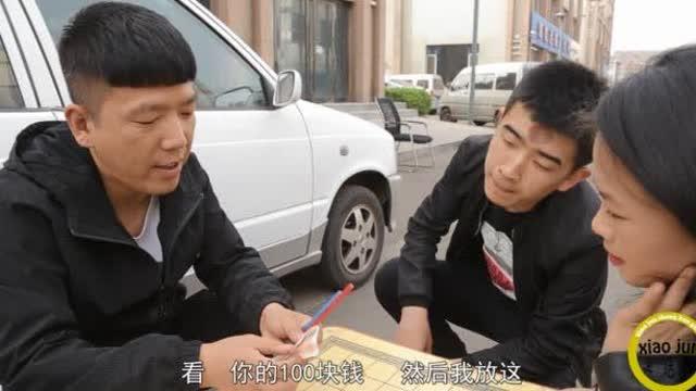 街头猜红蓝铅笔骗局,游戏看似简单,但是你永远也猜不对