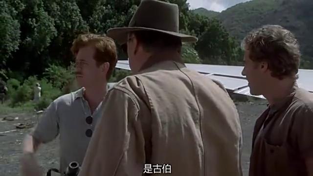 一群人闯入恐龙林,拿着喇叭大喊大叫引来霸王龙,开飞机逃跑坠毁