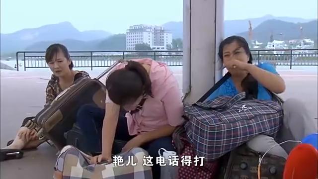 美女找不到同伴以后,坐在一块哭,也太可怜了