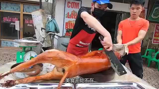 """越南小伙卖""""狗肉"""",烤熟后直接切开卖,50元一斤10分钟不见一半"""