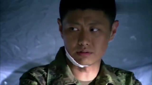 特种兵小伙出国训练偷带榨菜,指导员问带多少,小伙一比划笑喷了