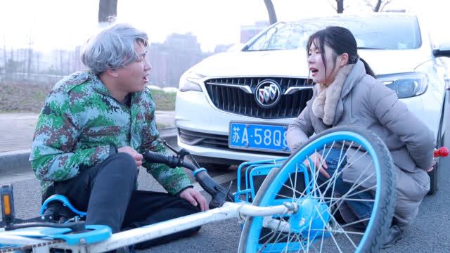 老大爷骑自行车碰瓷,没想遇到高手,反被套路,这美女真太有才了