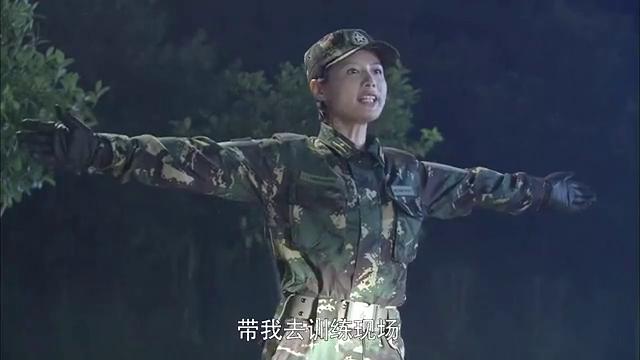 教官让训练了一天的女兵武装泅渡,教导员给她们出头