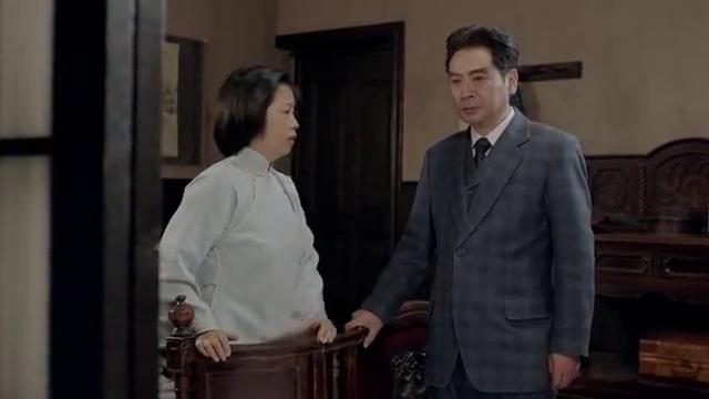 蒋介石正在看作战地图,这是宋美龄走了进来