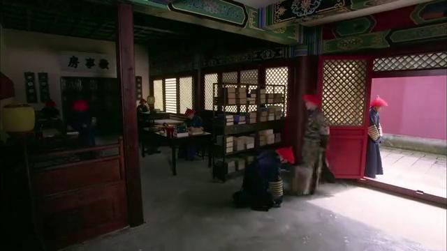 皇帝身边的小夏子前来通报,皇帝邀请甄嬛一起去汤泉宫