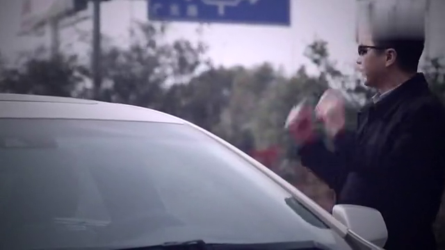 员工爆胎撞车,总裁赶往现场,对方一见总裁:不用赔了