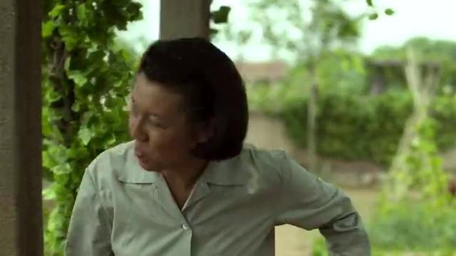 德福在院子里忙活,安杰却翘着二郎腿在一旁坐着,典型的地主婆