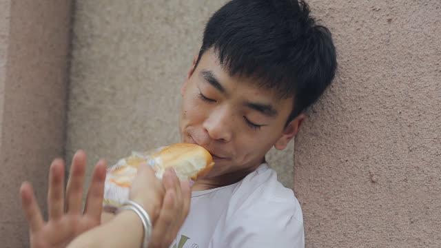 乞丐街头乞讨,不料美女买来一摞面包,看乞丐如何吃下肚?
