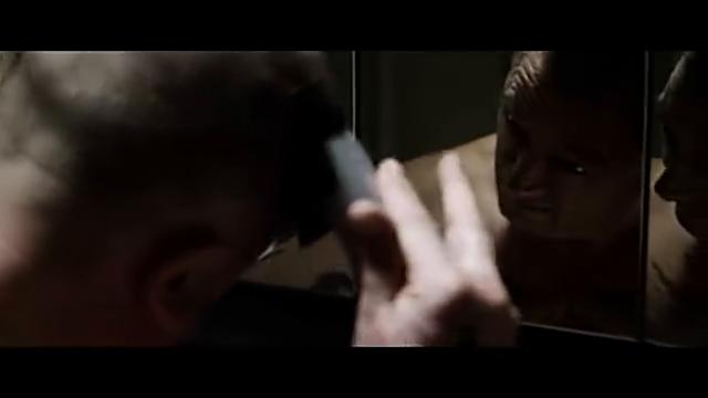 手指握不住理发器?男子直接用胶布粘住