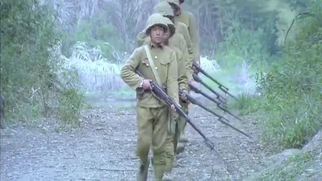 鬼子哨兵们来巡逻,没来及反应狗头就被拧断,想不到国军蹲草丛吧