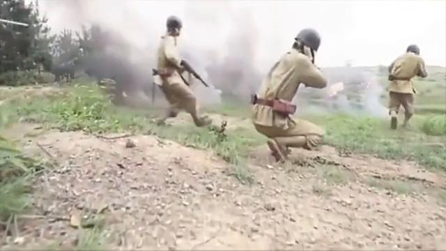 鬼子大举进攻,重型大炮排成一排,八路军拿起匕首上前拼命!