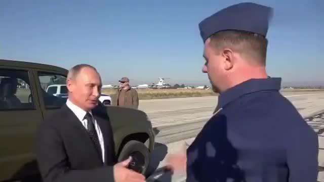 普京巴沙尔一起来到了叙利亚军事基地,与战机飞行员亲切交谈合影