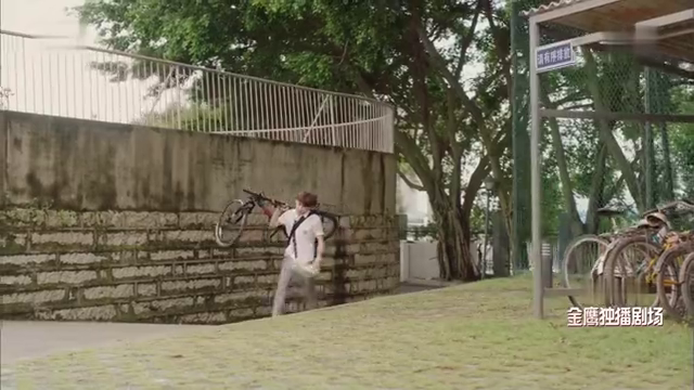 夏至未至:陈学冬锁了车子,让白敬亭扛着自行车走一路,气坏他了